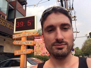 Eine Tafel zeigt 40 Grad an. Im Vordergrund ist Florian zu sehen.