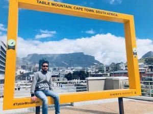 Florian im Frame. Dahinter der Tafelberg.