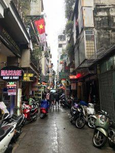 Eine Seitengasse in Hanoi mit vielen Schildern.