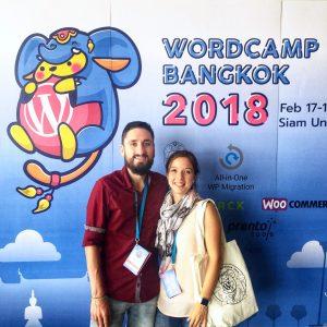 Melanie und Florian vor dem Aufsteller beim WordCamp Bangkok