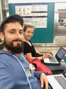 Zwei Digitale Nomaden mit Laptop am Flughafen