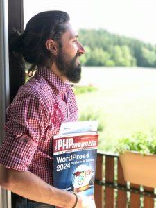 WordPress Entwickler Florian Simeth mit dem PHP-Magazin in der Hand.