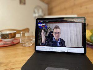 Gerald Hörhan alias der Investment Punk in einem Live-Video.